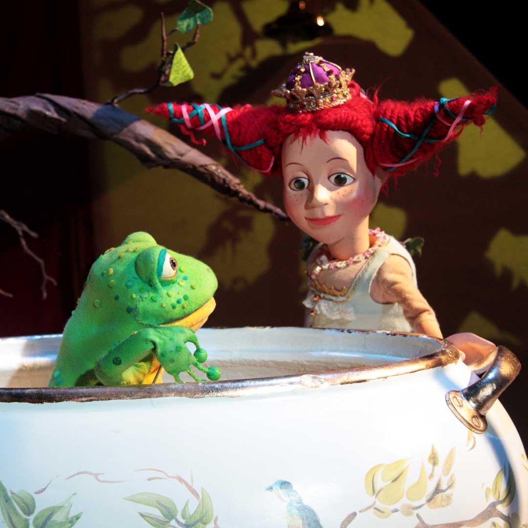 So. 11. März 2018  11:00 & 16:00 Uhr Der Froschkönig – das Mädchen ist der Knaller! Figurentheater nach den Gebrüdern Grimm mit The Grimm Sisters aka Dorothee Metz & Susi Claus