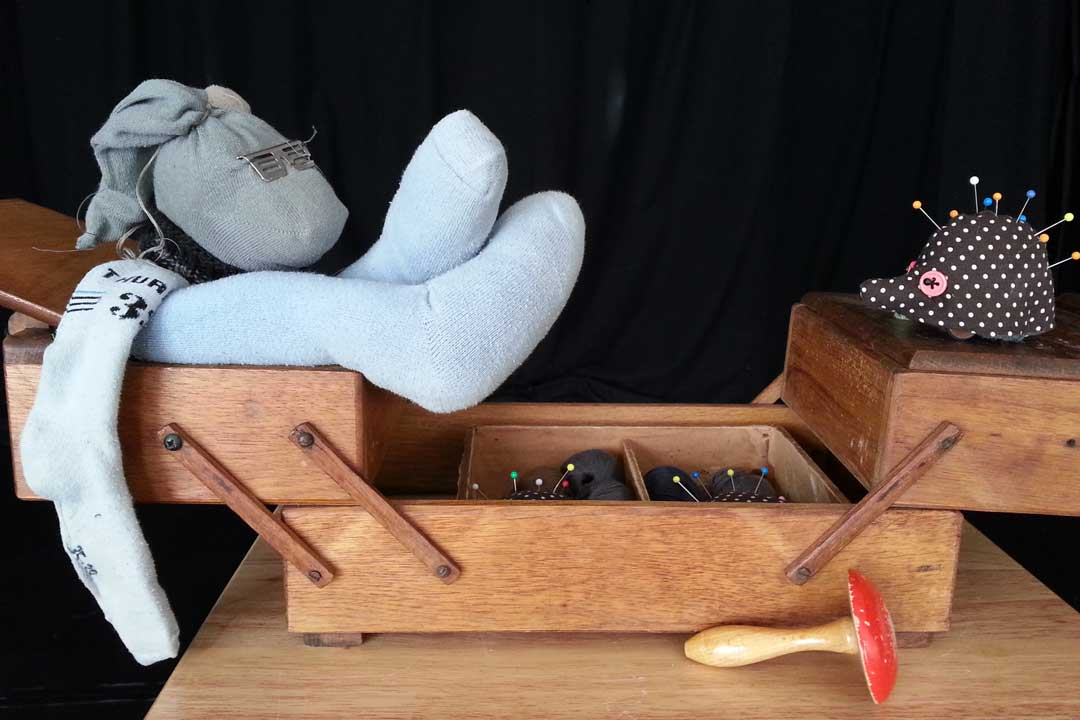 Hase und Igel Ein Erzähltheater mit Objekten aus dem Nähkästchen mit Nicole Weißbrodt / Theater LaKritz